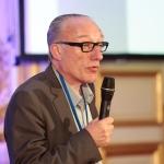 """M. Patrick Fifre, directeur du CAUE 37, annonce le lauréat de la catégorie """"Environnement""""."""