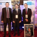 De gauche à droite : Jérôme Yomtov, secrétaire général de numéricable –SFR, Jean-François Blassel, architecte au sein du groupe RFR, Francis Chalard, vice-président de Poitiers agglomération en charge du Personnel, des Finances et de l'Informatique, reçoivent le Grand Prix de la Revue des collectivités locales.